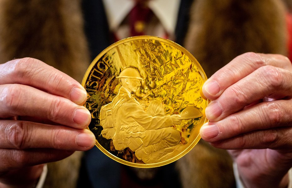 WWI Armistice 100th year anniversary £1000 Commemorative Coin. Image: © The Goldsmiths' Company. Photograph: Richard Lea-Hair