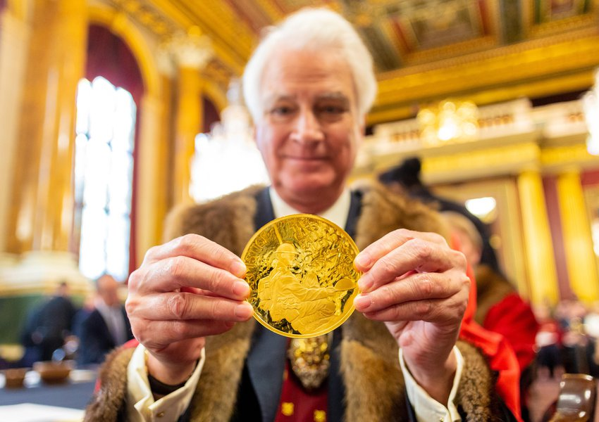 Prime Warden Michael Prideaux with the WWI Armistice 100th year anniversary £1000 Commemorative Coin. Image: © The Goldsmiths' Company. Photograph: Richard Lea-Hair