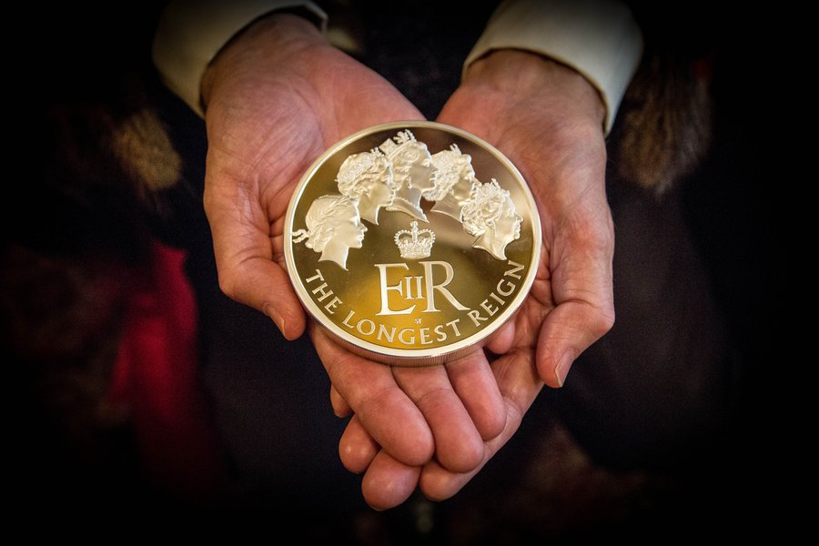 A 1kg gold coin celebrating Her Majesty Queen Elizabeth II as longest reigning monarch, 2016.